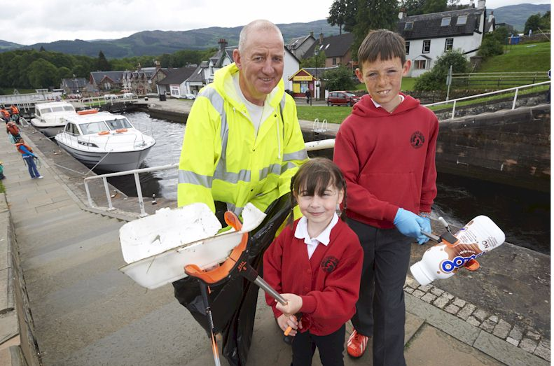 •	Highland Council's Waste Management Officer Steve McDermott with Kilchuimen Primary pupils Sophie Gordon (5) P1 and Cameron Bremner (10) P6