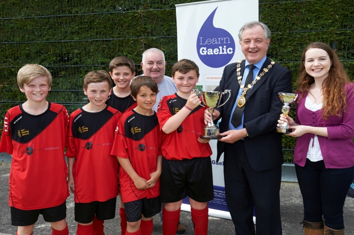 Trophy being presented to Bun-sgoil Ghàidhlig Ghlaschu by Inverness City Provost Alex Graham. Also in the picture, Robyn Beaton from LearnGaelic.net and Calum Iain Macleod, Comunn na Gàidhlig.